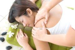 tillbaka kvinnligmassage för asiat som mottar brunnsorten royaltyfri foto