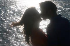 tillbaka kyssande ljus förälskelse Fotografering för Bildbyråer
