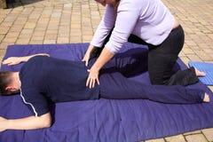 tillbaka lägre massage Arkivbilder