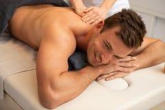 tillbaka manmassage som mottar avkopplat barn arkivfoton