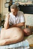 Tillbaka massage med armbågen royaltyfria foton