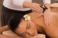 Tillbaka massage på Spa med Royaltyfria Bilder