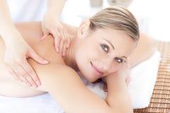 tillbaka massage som mottar den le kvinnan royaltyfria foton
