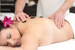 tillbaka massage som mottar kvinnan arkivfoton