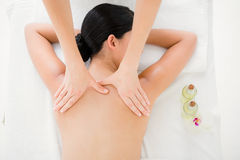 tillbaka massage som mottar kvinnan arkivbilder