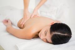 tillbaka massage som mottar kvinnan arkivfoto