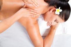 tillbaka massagekvinna arkivfoto
