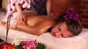 tillbaka massageolja stock video