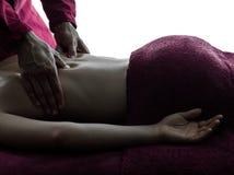 Tillbaka massageterapi arkivbild