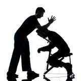 Tillbaka massageterapi med stolkonturn Fotografering för Bildbyråer