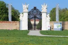 Tillbaka nyckel till trädgården av slotten Schloss Hof Arkivfoton