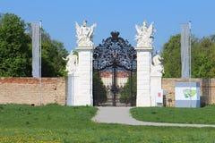 Tillbaka nyckel till trädgården av slotten Schloss Hof Arkivbild
