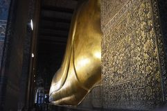 TILLBAKA OMRÅDE AV ATT SOVA GULD- BUDDHA I BANGKOK THAILAND Royaltyfri Fotografi