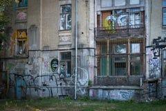 Tillbaka sida av byggnad med grafitti arkivfoto