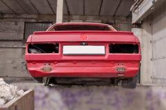 Tillbaka sida av den kraschade röda bilen Royaltyfria Foton