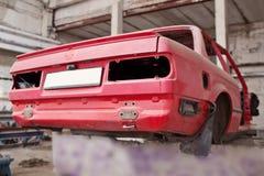 Tillbaka sida av den kraschade röda bilen Fotografering för Bildbyråer