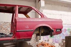 Tillbaka sida av den kraschade röda bilen Royaltyfria Bilder