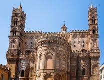 Tillbaka sida av den Palermo domkyrkan Arkivfoton