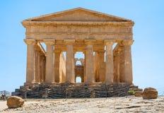 Tillbaka sida av den Tempio dellaen Concordia i Agrigento Arkivfoto