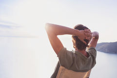 Tillbaka sida av den unga mannen som ser havet, semesterlivsstilbegrepp Royaltyfri Fotografi