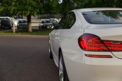 Tillbaka sida av den vita lyxiga härliga bilen Royaltyfria Foton