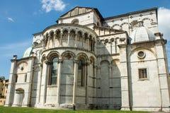 Tillbaka sida av domkyrkan av Lucca arkivfoton