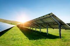 Tillbaka sida av en solpanel, photovoltaic alternativ elektricitetskälla royaltyfri bild