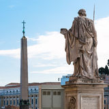 Tillbaka sida av statyn aposteln Peter Royaltyfri Foto