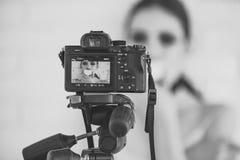 Tillbaka sida för kamera med bild av flickan på skärmskärm Arkivfoton