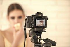 Tillbaka sida för kamera med bild av kvinnan på skärmskärm Fotografering för Bildbyråer