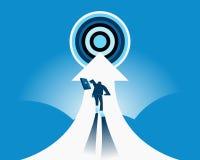 tillbaka sikt Affärsmän kör på den vita pilen in mot målet Royaltyfri Fotografi