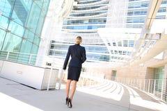 Tillbaka sikt av affärskvinnan som ser affärsbyggnad Arkivfoto