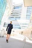 Tillbaka sikt av affärskvinnan som ser affärsbyggnad Royaltyfri Fotografi