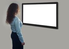 Tillbaka sikt av affärskvinnan som ser den tomma skärmen arkivfoton