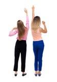 Tillbaka sikt av att dansa för två unga kvinnor Royaltyfri Bild