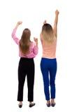 Tillbaka sikt av att dansa för två unga kvinnor Royaltyfri Fotografi
