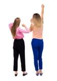 Tillbaka sikt av att dansa för två unga kvinnor Arkivfoton