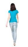 Tillbaka sikt av att gå kvinnan i jeans Royaltyfri Fotografi
