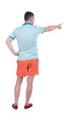 Tillbaka sikt av att peka unga män i t-skjorta och kortslutningar Royaltyfri Fotografi