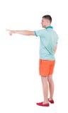 Tillbaka sikt av att peka unga män i t-skjorta och kortslutningar Arkivfoto