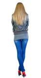 Tillbaka sikt av att stå den härliga blonda kvinnan. Fotografering för Bildbyråer