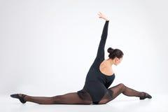 Tillbaka sikt av ballerina i sidosplittring. royaltyfria bilder