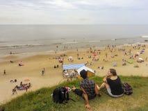 Tillbaka sikt av barnpar på stranden royaltyfria bilder