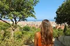 Tillbaka sikt av den attraktiva kvinnan som ser Barcelona cityscape från den bunkerdelCarmel synvinkeln Arkivbilder