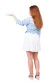 Tillbaka sikt av den härliga kvinnan i klänningen som ser väggen och håll Royaltyfria Bilder