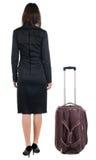 Tillbaka sikt av den resande affärskvinnan med resväskan Arkivfoton