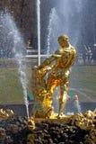 Tillbaka sikt av den Samson springbrunnen i detparkera helhethusdjuret Royaltyfri Fotografi