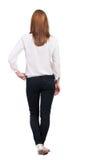 Tillbaka sikt av den stående unga härliga blonda kvinnan i jeans Arkivbilder