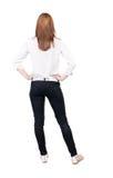 Tillbaka sikt av den stående unga härliga blonda kvinnan i jeans Arkivbild