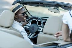 tillbaka sikt av den stilfulla afrikansk amerikanmannen royaltyfria foton